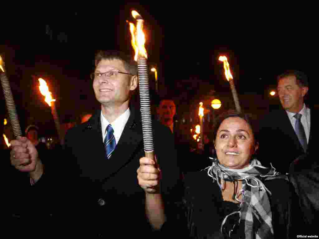 Malahat Nasibova (R) marches in a torchlight ceremony after winning the 2009 Rafto Prize for Human Rights. - Malahat Nasibova, a correspondent for RFE/RL's Azerbaijani Service, was awarded the prestigious Rafto Prize in 2009 for her reporting on human rights in her native province of Nakhichevan.