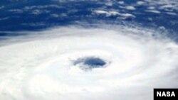 Глаз бури. Циклон над южной Атлантикой. Фотография выполнена экипажем МКС 26 марта 2004.