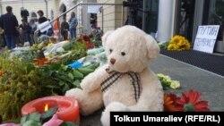 Разом із Нідерландами за жертвами рейсу MH17 сумує весь світ. Квіти, свічки та дитяча іграшка біля входу до посольства Нідерландів у Києві, 18 липня 2014 року