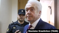 Володимир Олійник залишає залу суду після слухання. Москва, 15 грудня 2016 року