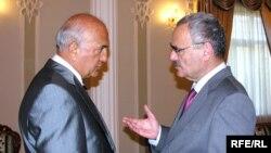 Ныне находящийся в заключении министр здравоохранения Али Инсанов (слева) и премьер-министр Азербайджана Артур Расизаде (справа). 2003