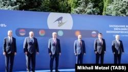Владимир Путин (справа) и его постсоветские партнеры, лидеры Армении, Беларуси, Казахстана и Кыргызстана, на саммите ЕвразЭС в Ереване, 2019 год.