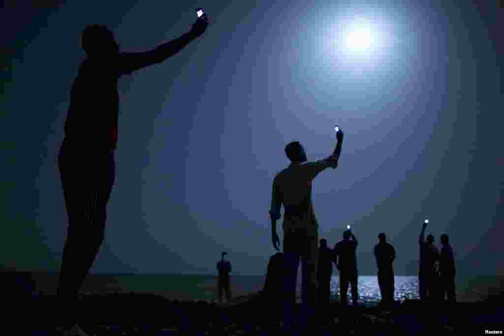 Фото року: Мігранти на березі моря в Джибуті, Джон Станмаєр зі США. «Ця фотографія відкриває дискусію про технології, глобалізацію, міграцію, бідність, відчай, людства», – заявила член журі Джиліян Едельстайн