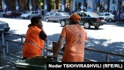 Ранним утром люди в форменных оранжевых жилетах «умывают и чистят» город, облик которого успел за сутки бурной жизнедеятельности утратить былую свежесть