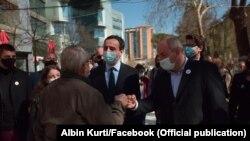 Kryeministri i Kosovës, Albin Kurti së bashku me Boiken Abazin gjatë një ngjarjeje zgjedhore në Tiranë të Shqipërisë.