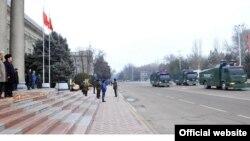 Атайын полк ушундай суу бүркүгүч унаалар менен да жабдылган. Өкмөт башчы атайын полктун парадын кароодо, Бишкек, 25-январь, 2014.