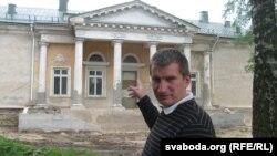 Ігар Лапеха паказвае на частку палаца, якая была дабудавана ў савецкі час