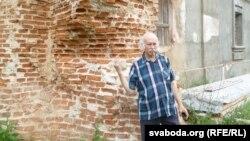 Мікола Купава каля базыльянскага кляштара