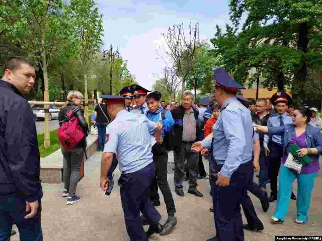 В Алматы полиция тоже провела массовые задержания на месте проведения несанкционированной акции «в поддержку политических заключенных».