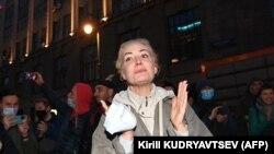 Юлия Навалная дар яке аз таҷаммӯъҳои маркази Маскав, ки ба пуштибонии ҳамсараш ташкил шудааст. Апрели соли 2021