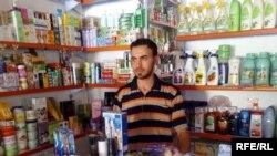 المواطن أحمد قاسم داخل محله بعد أن استفاد من برنامج القروض الصغيرة