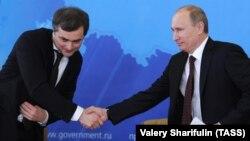 Президент Росії Володимир Путін (праворуч) та помічник президента Росії Владислав Сурков. Архівне фото
