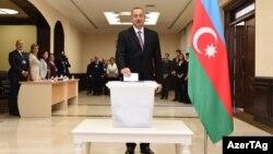 Ильхам Алиев голосует на референдуме