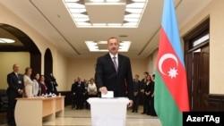 Илҳом Алиев, раиси ҷумҳури Озарбойҷон зимни раъйҳидӣ дар шаҳри Боку.