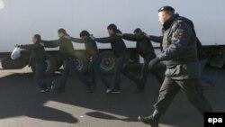 Полиция Бирюлево районунда мигранттар иштеген жерлерге массалык рейд уюштурган учуру, 14-октябрь, 2013