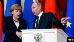 Ресей президенті Владимир Путин (оң жақта) мен Германия канцлері Ангела Меркель. Мәскеу, 10 мамыр 2015 жыл.