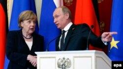 Angela Merkel (solda) və Vladimir Putin