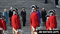 Joe Biden amerikai elnök és felesége Jill Biden, a First Lady, valamint Kamala Harris alelnök és férje, Doug Emhof a hagyományoknak megfelelően katonai díszszemlén vesz részt a beiktatási ünnepség részeként, az eskütétel után, a washingtoni Capitoliumnál, 2021. január 20-án.