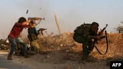 """""""Жиһадшыларға"""" қарсы соғысып жатқан Сирия азаматтары. Сирия, Алеппо, 10 қазан 2016 жыл. (Көрнекі сурет)"""