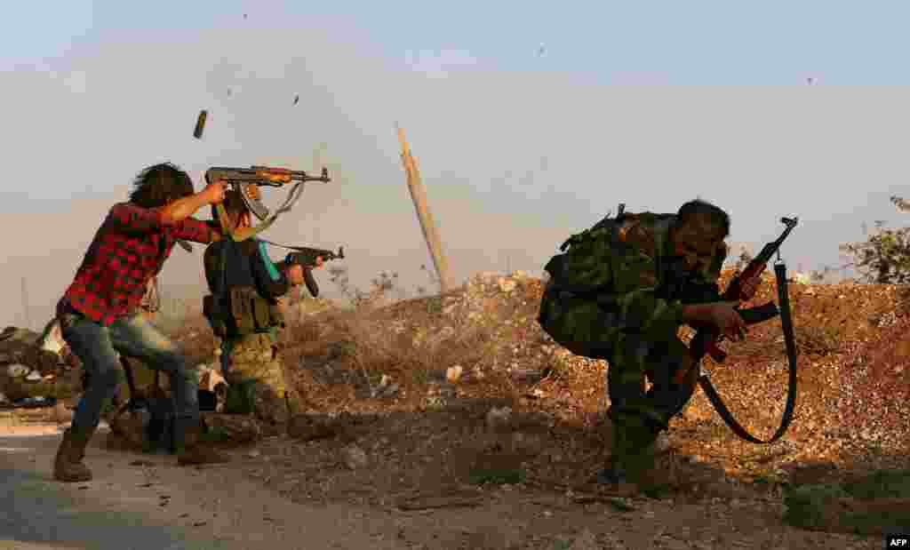 Rebel fighters from the Free Syrian Army take part in a battle against Islamic State jihadists in the northern Syrian village of Yahmoul, north of the embattled city of Aleppo, on October 10. (AFP/Nazeer al-Khatib)