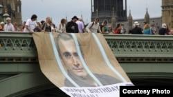 Activişti britanici cerând eliberarea lui Mihail Mihail Hodorkovski