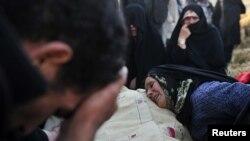 Жер сілкінісі кезінде жақындарынан айырылған адамдар. Иран, 13 тамыз 2012 жыл.