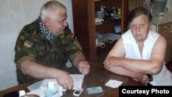 Хірург Вадим Козловський веде прийом мешканців на Луганщині. Червень 2016 року