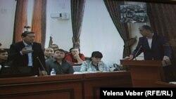 Бывший премьер-министр Серик Ахметов (слева) задает вопросы свидетелю Александру Аглиуллину (справа) — ныне акиму города Балхаш. Караганда. 28 августа 2015 года.