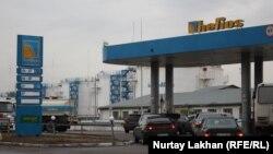 Жанармай құю станциясында кезекте тұрған көліктер. Алматы, 8 қазан 2014 жыл. (Көрнекі сурет)