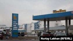 Автомобили на АЗС в Алматы.