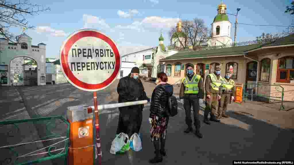 Києво-Печерська лавра з 13 квітня зачинена на карантин. Монаху та священникам, які перебувають на ізоляції, люди приносять пакунки із їжею