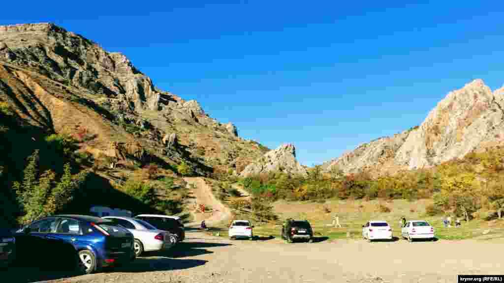 У подножья гор, однако, остановились несколько машин – туристы съехались в Зеленогорье, чтобы полюбоваться местными красотами