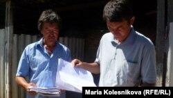 Желе-Дөбө айылынын башчысы Марат Сатыбалдиев (оңдо)