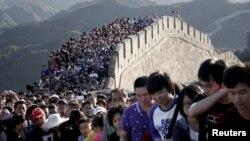 Қытай қорғанын тамашалап жүрген туристер. Пекин маңы, 3 қазан 2012 жыл.