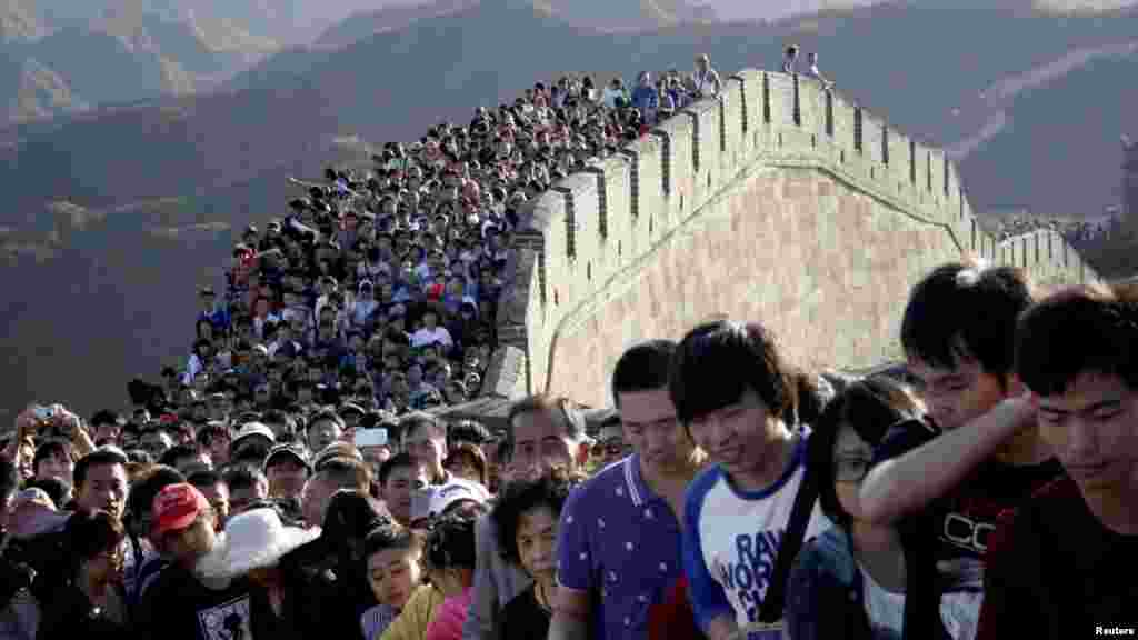 Tourists gather on the Great Wall outside Beijing on October 3. Major tourist destinations around China are witnessing travel peaks amid the eight-day midautumn festival and National Day holidays that run through October 7. (REUTERS)