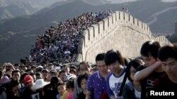 Туристы на Великой китайской стене.