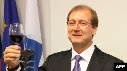 Виктор Успасских празднует успех после парламентских выборов осенью 2012 года.