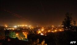 Луганск қаласының аспанынан сепаратистер мен армия арасындағы атысты байқауға болады. Луганск, 3 маусым 2014 жыл.
