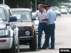 Дорожный полицейский беседует с водителем. Алматы, 1 августа 2008 года. Иллюстративное фото.