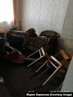 Перевернутая наводнением мебель в доме Марии Барановой