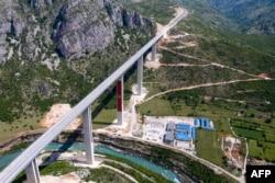 Часть строящейся на китайский кредит автомагистрали, соединяющей город Бар на Адриатическом побережье Черногории с соседней Сербией, не имеющей выхода к морю (шоссе Бар — Боляре), 11 мая 2021 года