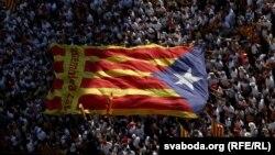 Каталония желегин көтөргөн демонстранттар.