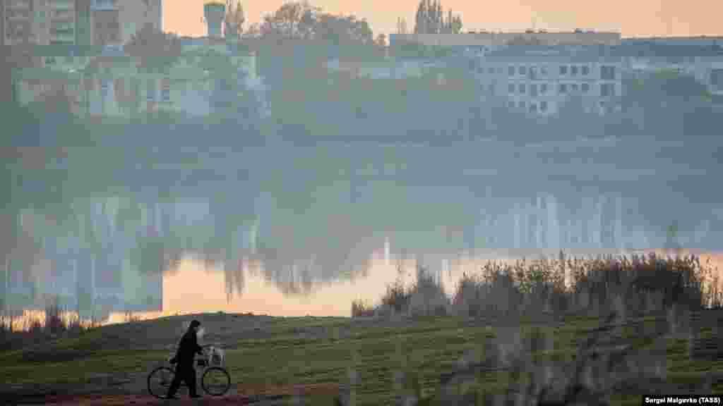 Велосипедист на березі озера Тобе-Чокрак