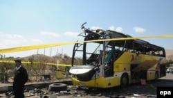 Поліцейський побіля знищеного туристочного автобуса на єгипетському півострові Синай, 17 лютого 2014