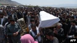 Похороны погибшего в ходе вчерашней атаки талибов в афганской столице. Кабул, 19 апреля 2016 года.