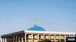 Uzbekistan -- The building of the parliament in Tashkent, 15Jan2005