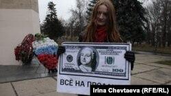 Студентка с плакатом перед Московским государственным университетом. Москва, 19 ноября 2011 года.