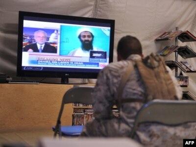 Američki marinac u Avganistanu gleda vijest o smrti Osame bin Ladena, maj 2011.
