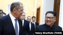 Орусиянын тышкы иштер министри Сергей Лавров Түндүк Кореянын лидери Ким Чен Ын менен кездешкен учур. Пхеньян, 31-май, 2018-жыл.