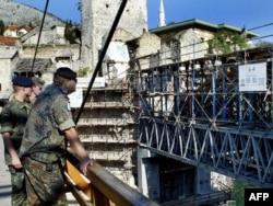 Njemački vojnici posmatraju ostatke Starog mosta u Mostaru, jul 2003.